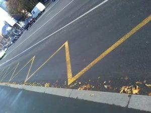 Дорожная разметка желтый зигзаг