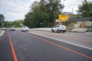 Оранжевая разметка на дороге
